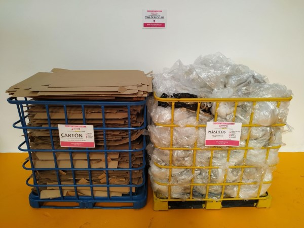 2 aulas con cartón y plástico para reciclar