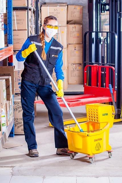 Limpiadora limpiando un suelo en Santander